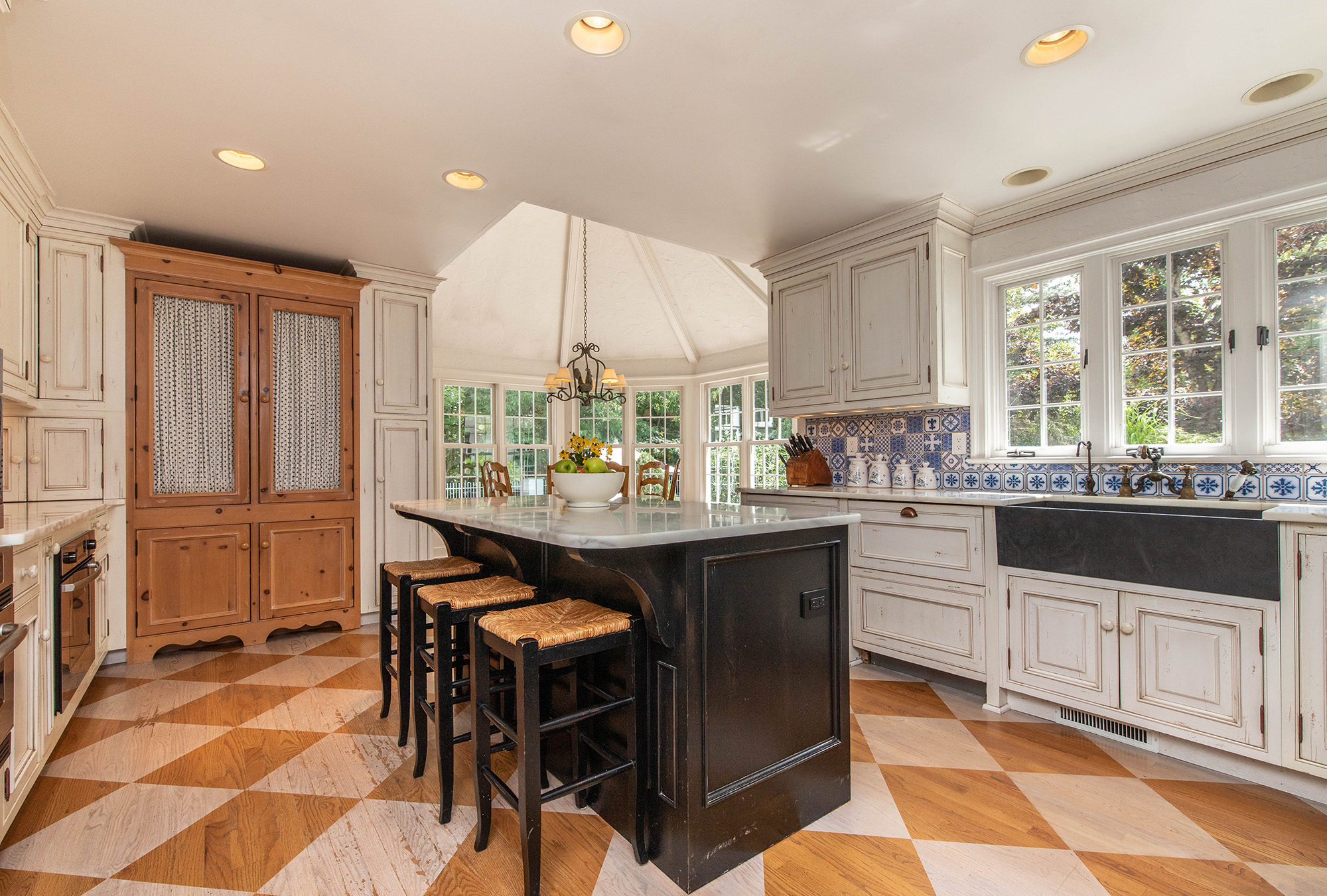 15157 Hemlock kitchen