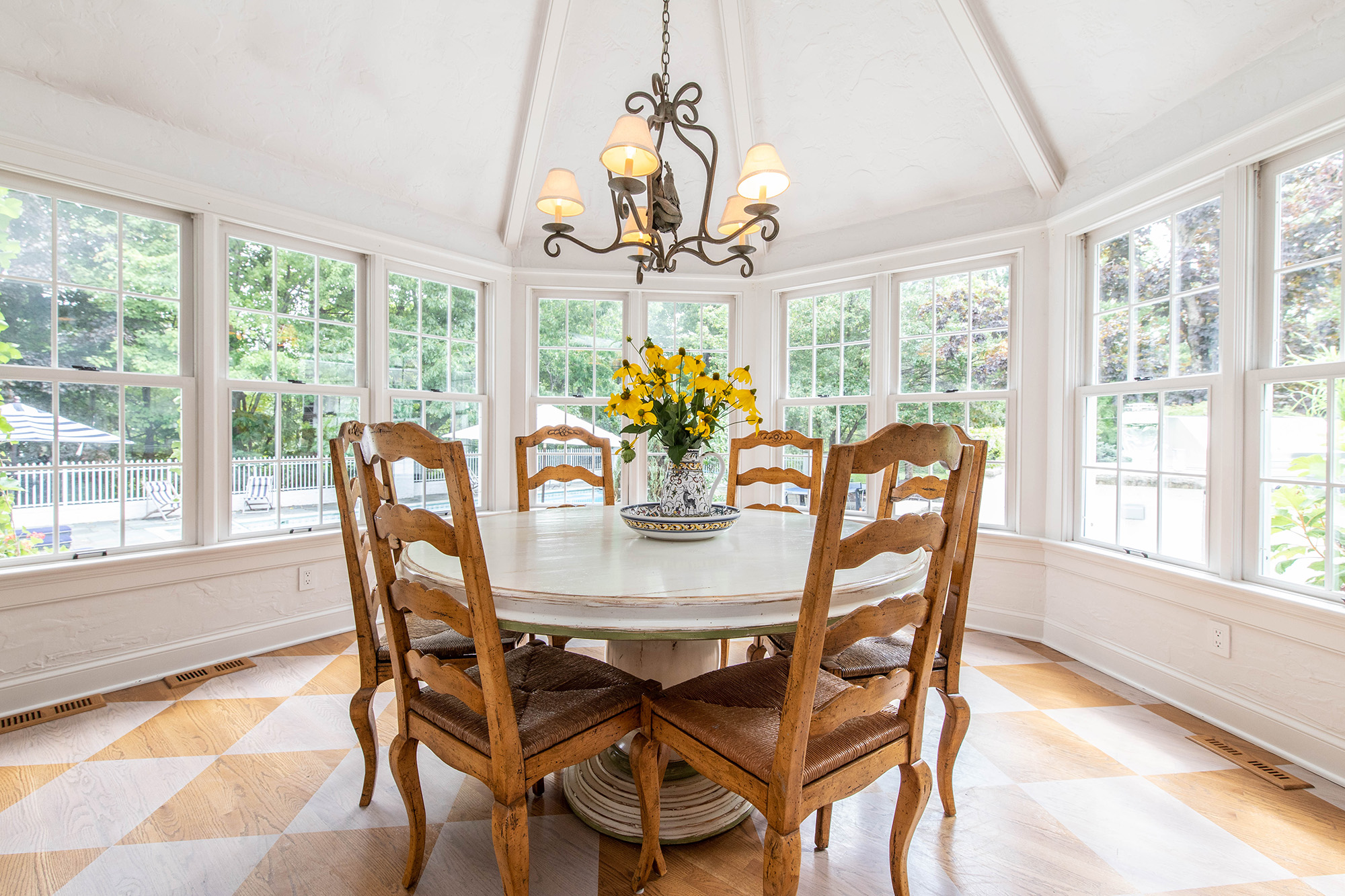15157 Hemlock breakfast nook