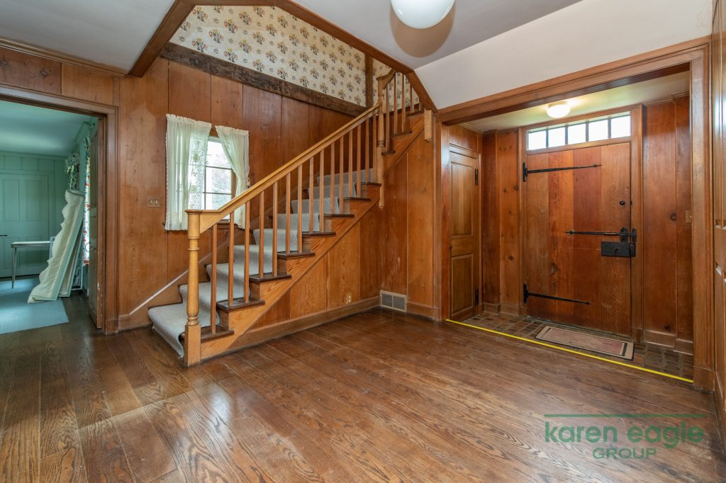 2710 Chagrin River Road foyer